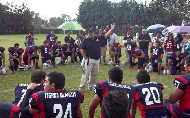 El Coach Emmanuel Flores de los Tigres Blancos de la UMAD