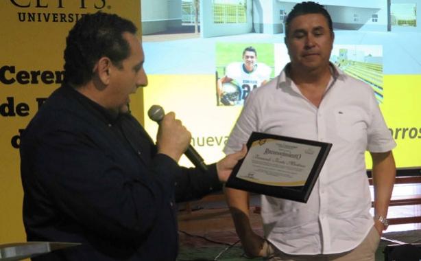 El coach Fernando Fontes recibiendo su reconocimiento