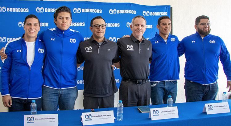 Autoridades del Tec Toluca con el coach y capitanes